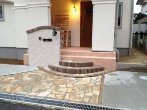 ファサード  門柱とアプローチ 階段
