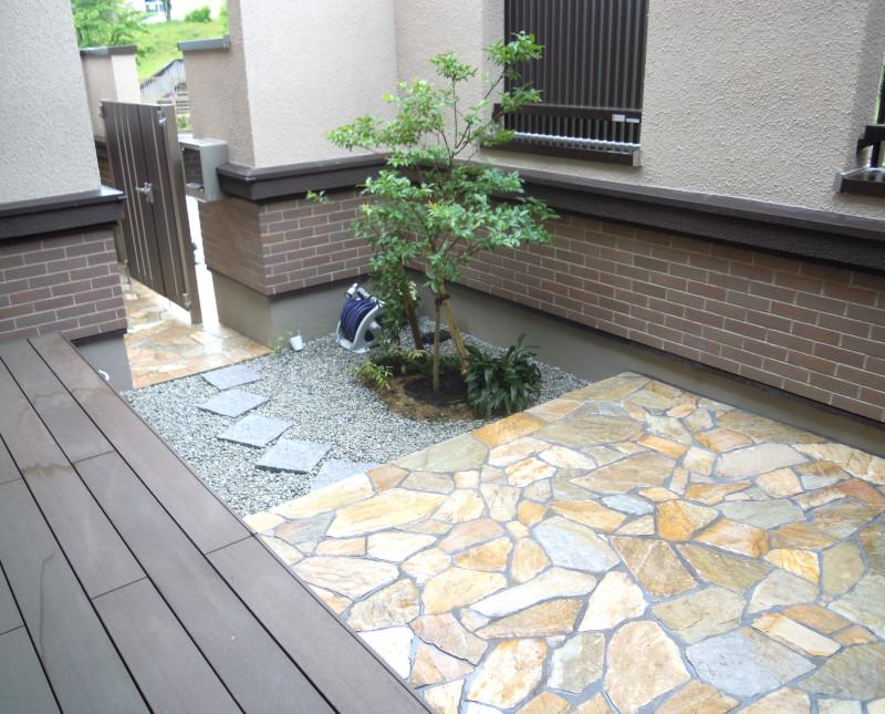 中庭 ウッドデッキ 石貼り テラス