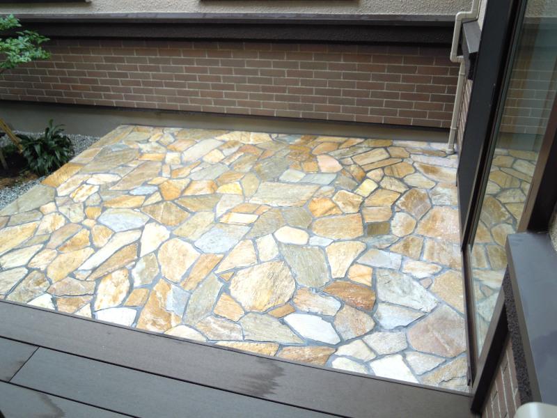 中庭 テラス 石貼り 乱形石 クレモナストーン