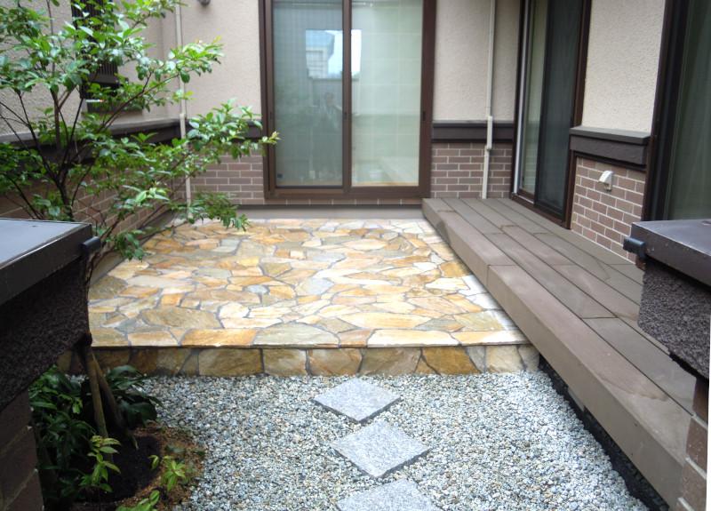 中庭 テラス 石貼り 乱形石 クレモナストーン ウッドデッキ