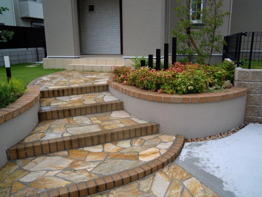 美しいアプローチ階段 乱形石貼り 天然石