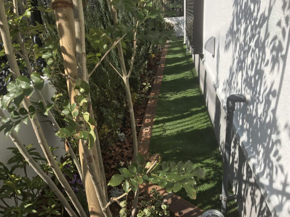 掃き出し窓前の 植栽スペース 犬走り 人工芝