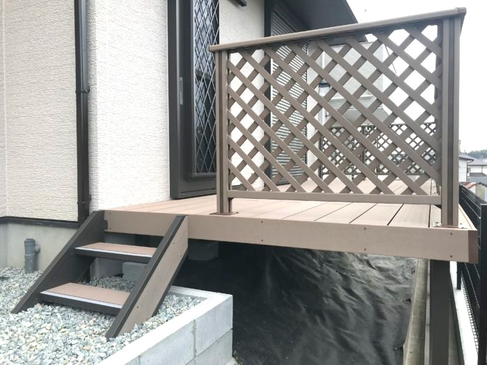 使い勝手の難しい建物裏側の斜面にウッドデッキ