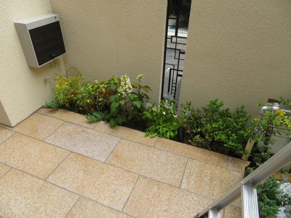 壁に埋め込んだ緑の欄間 大阪 外構 エクステリア