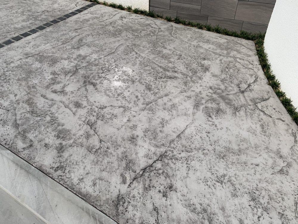 ガレージ土間 スタンプコンクリート 岩肌仕上げ
