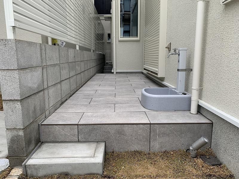 裏庭のタイルテラスと立水栓