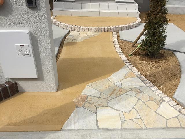 アプローチは乱形石とカラーコンクリート