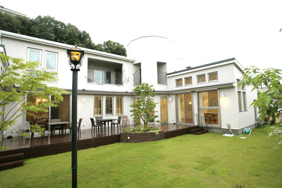 ロングウッドデッキ 2世帯住宅のリビングを繋ぐ