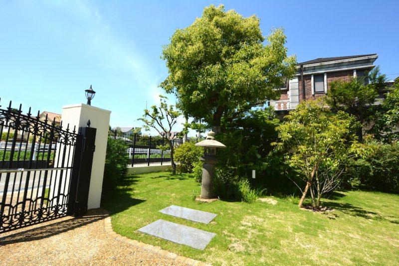 既存の樹木は残し、大盤の板石と灯篭は再利用
