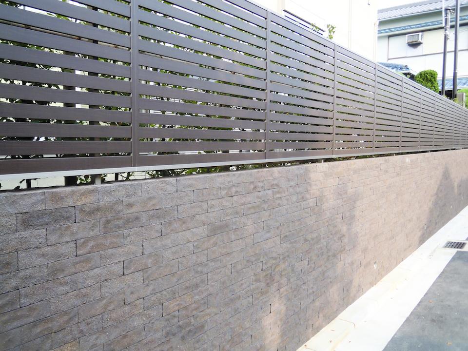 フェンスの色はタイル貼りに合わせ
