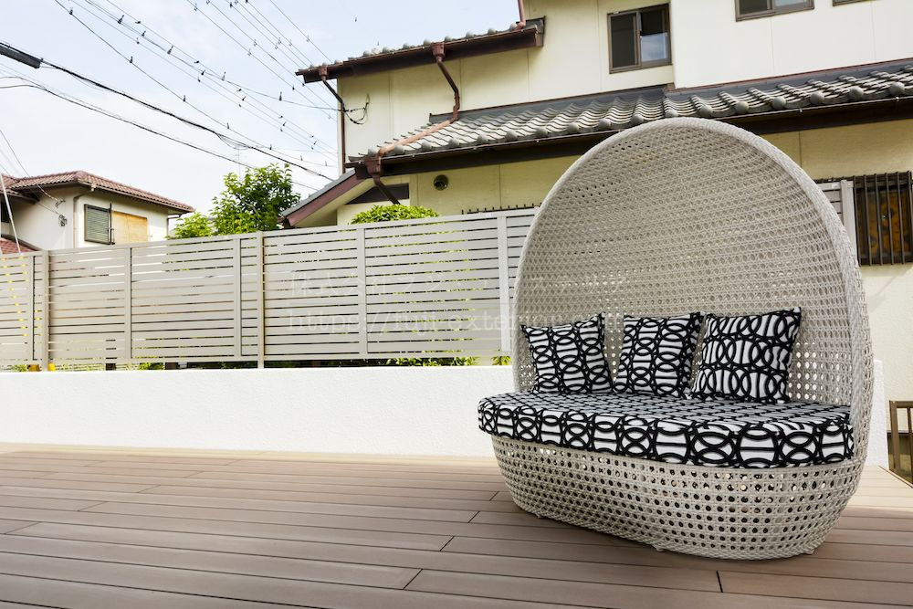 LIXIL樹ら楽ステージⅡの上にはお客様購入品の外部でも使えるガーデンソファ。