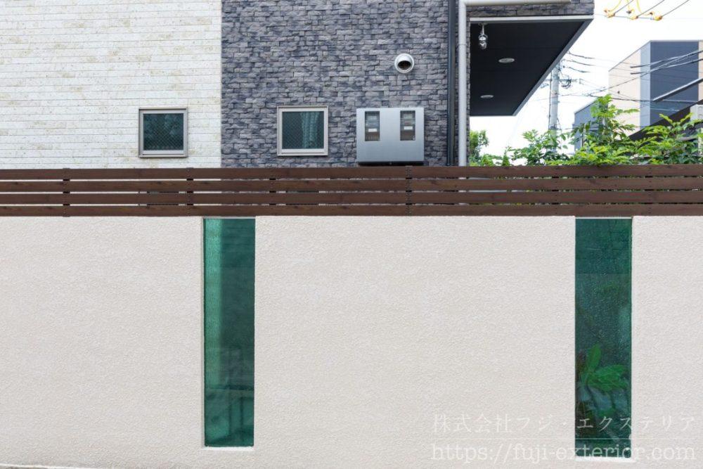 フェンス 木目 ガラス 境界塀 スタッコ吹付塗装 大阪 外構 フジエクステリア クラッシュガラス