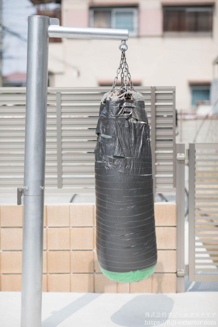 ボクシングの練習用のサンドバックと、それを吊り下げポールをお庭に設置。取り外し可能な完全オリジナルポールです。