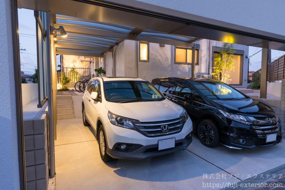 電動シャッター付き二台用カーポートには、人感センサー付きのスポットライトつけ、夜間も安全に駐車できます。