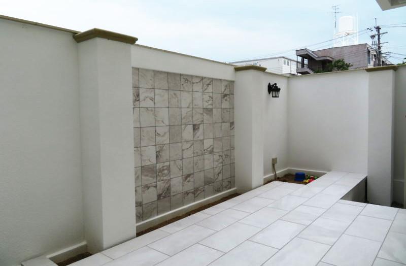 テラス  大理石調の白いタイル