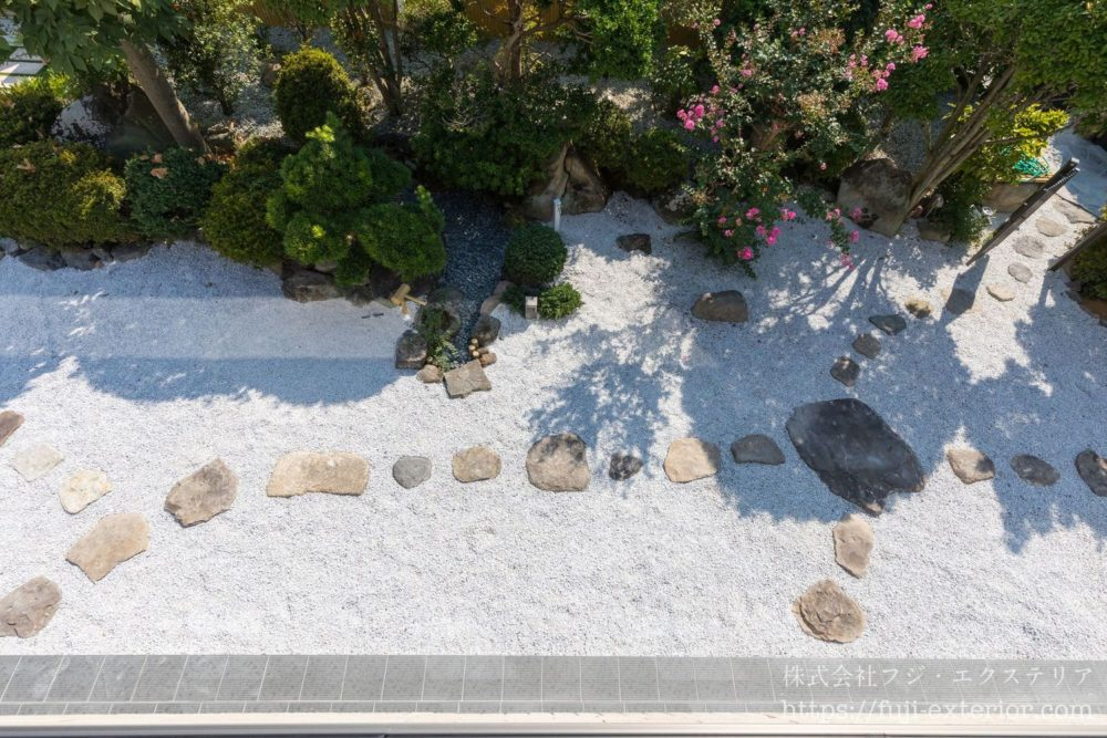 飛び石を再利用 し、白砂利 を 枯山水風 大阪 庭 エクステリア フジエクステリア