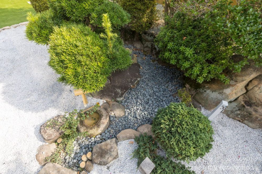 水鉢の筧 那智黒石 池の再利用 大阪 外構 和モダン 白砂利