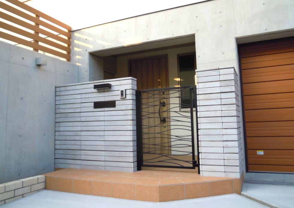 門柱は、ユニソン ゴードンウォール 門扉サンワカンパニー モンピ―ウェービー