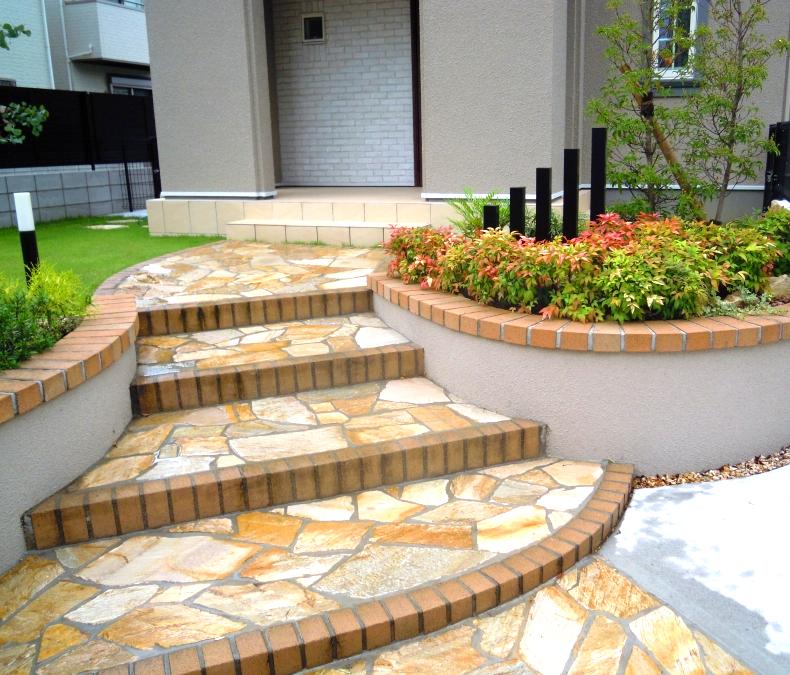 曲線の花壇  乱形石貼りのアプローチ