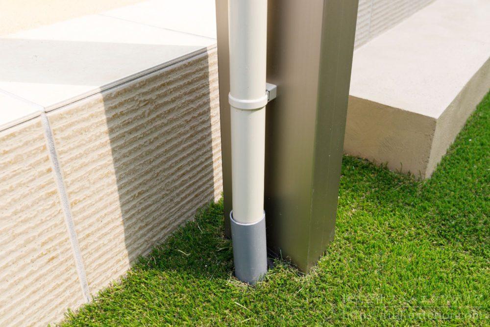 雨水会所に接続 物干し屋根の雨水排水パイプ