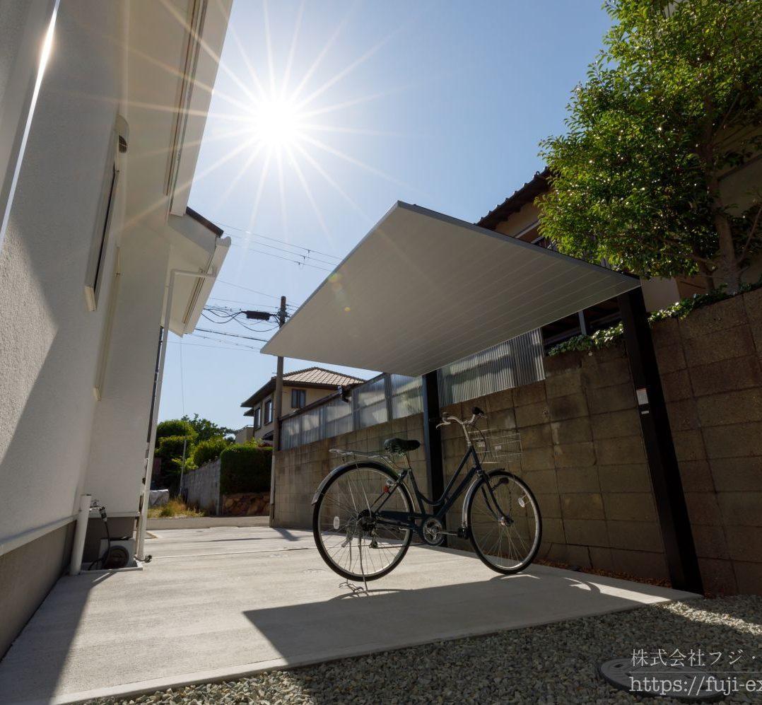 自転車置き場の屋根は、グッドデザイン賞を受賞した、LIXIL カーポートSCミニ。極限まで無駄をそぎ落としたミニマムデザインは、どんな建物にも調和します。