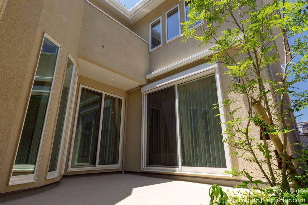 中庭のタイル貼りテラス  シンボルツリー 三井ホーム シマトネリコ 大阪