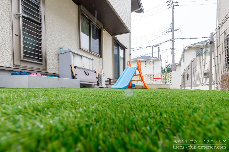タイルテラス 人工芝 子供が遊ぶ庭