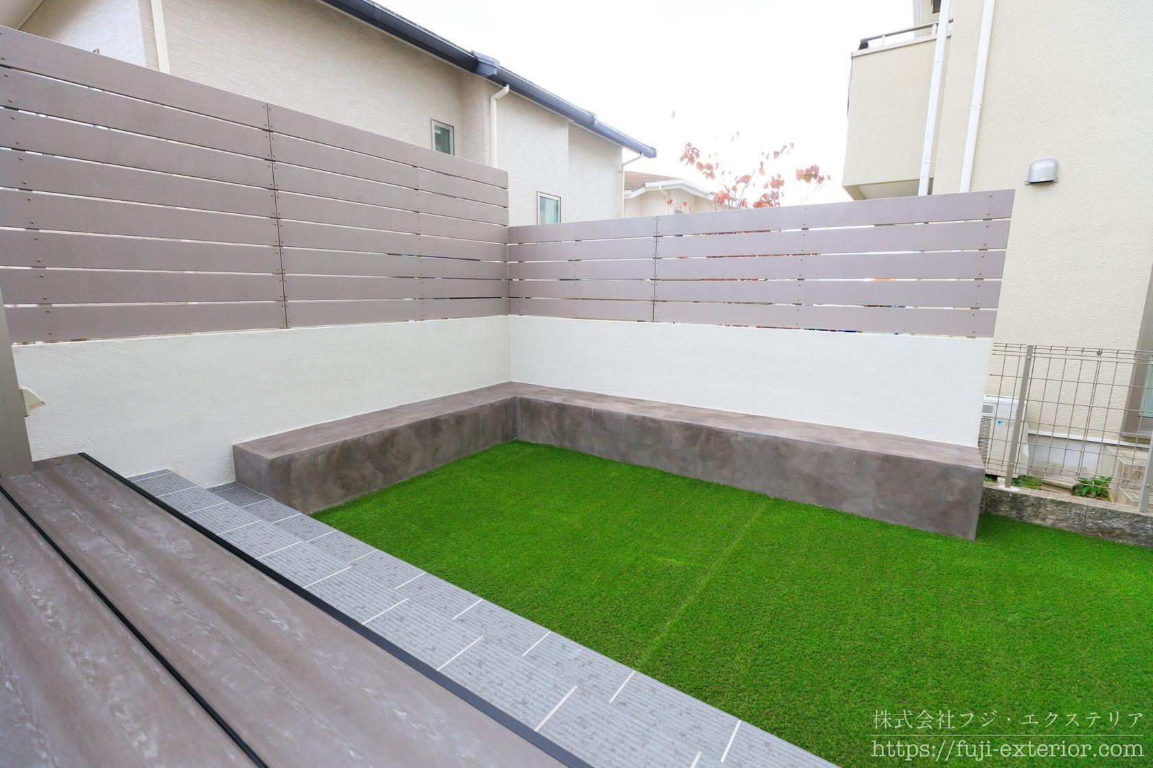 人工芝と目隠しフェンスに囲まれた庭