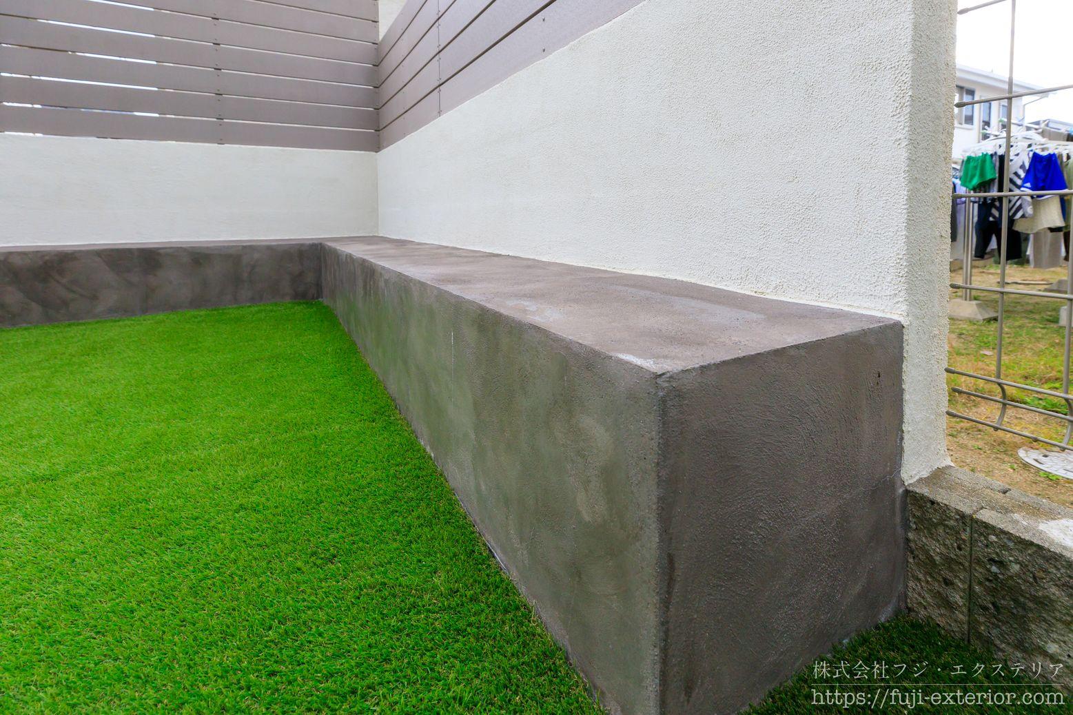 人工芝とベンチのある庭