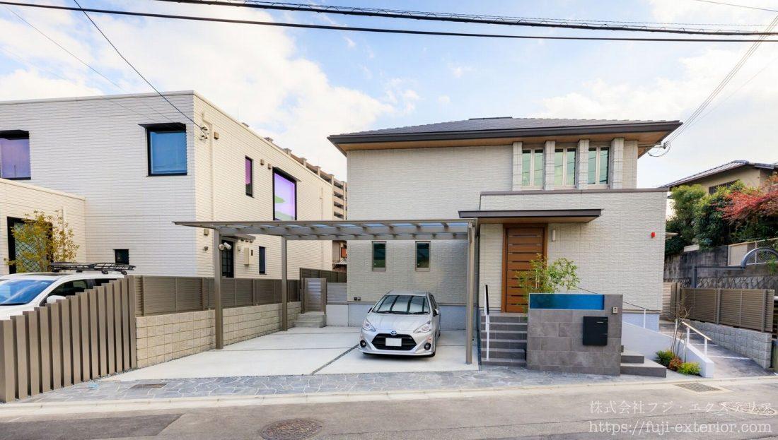 大阪北摂地区の新築オープン外構です。敷地、間口も広く、門柱の隣には2台用カーポートが付いています。