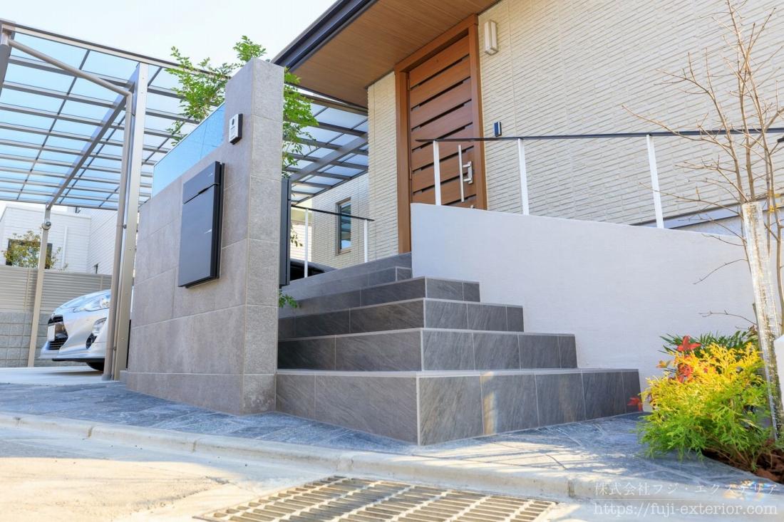 門柱の裏には玄関ドアに続くアプローチ階段があります。出入りのしやすさにこだわり、幅も奥行きも広い階段です。