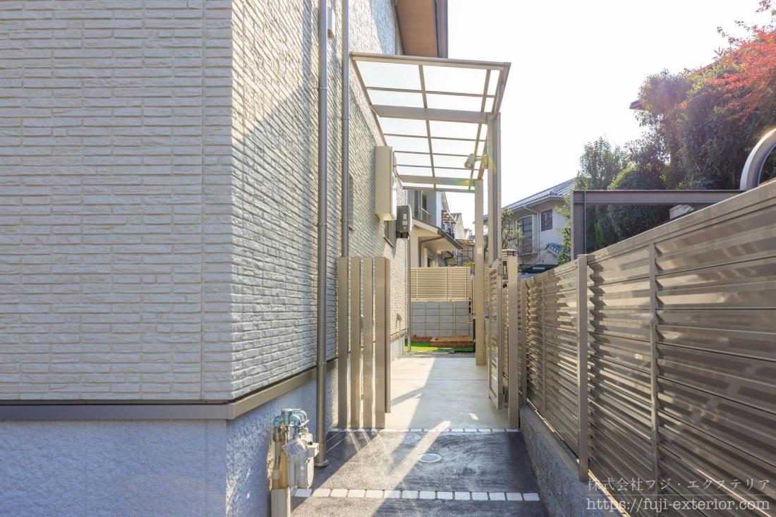 玄関の右側奥には屋根のあるサイクルポート、駐輪スペースがあります。スロープがあるのでラクに自転車を押して入ることができます。
