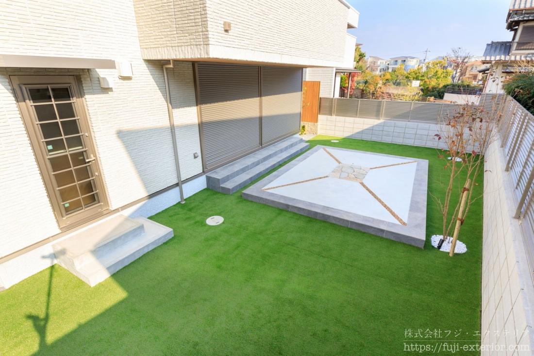 南側には広い庭があります。リビング前の掃き出し窓の外には、庭に出るロングスパンの二段の階段があり、庭の中央にはタイルテラスがあります。お子様の遊び場や、BBQなど様々な用途に使える広いテラスです。お手入れのしやすさを考慮し、四方に排水スリットを入れています。テラスの周りは全面人工芝を敷いています。雑草も生えず、きれいな状態を維持しやすいお庭です。