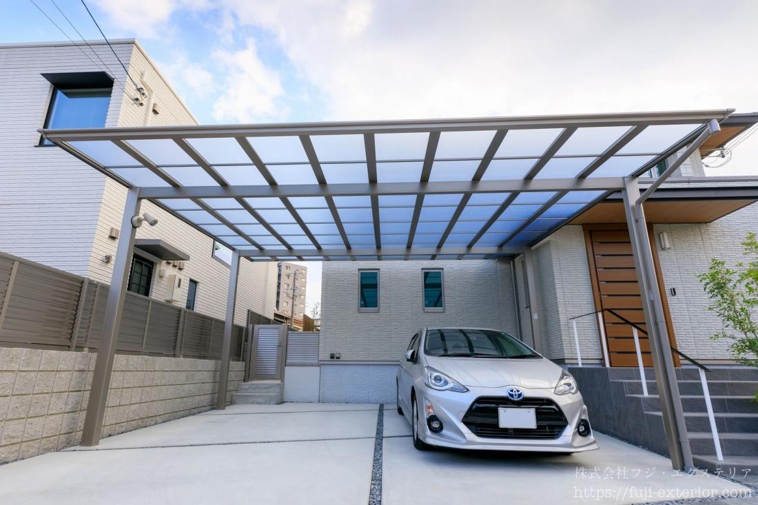 玄関の左側には、カーポートがあります。LIXIL フーゴFワイド2台用の最大サイズで、シンプルフラットで明るいデザインです。屋根材は熱線ポリカーボネートで、太陽光を採り込みながらも紫外線はしっかりカットし、お車を守ります。