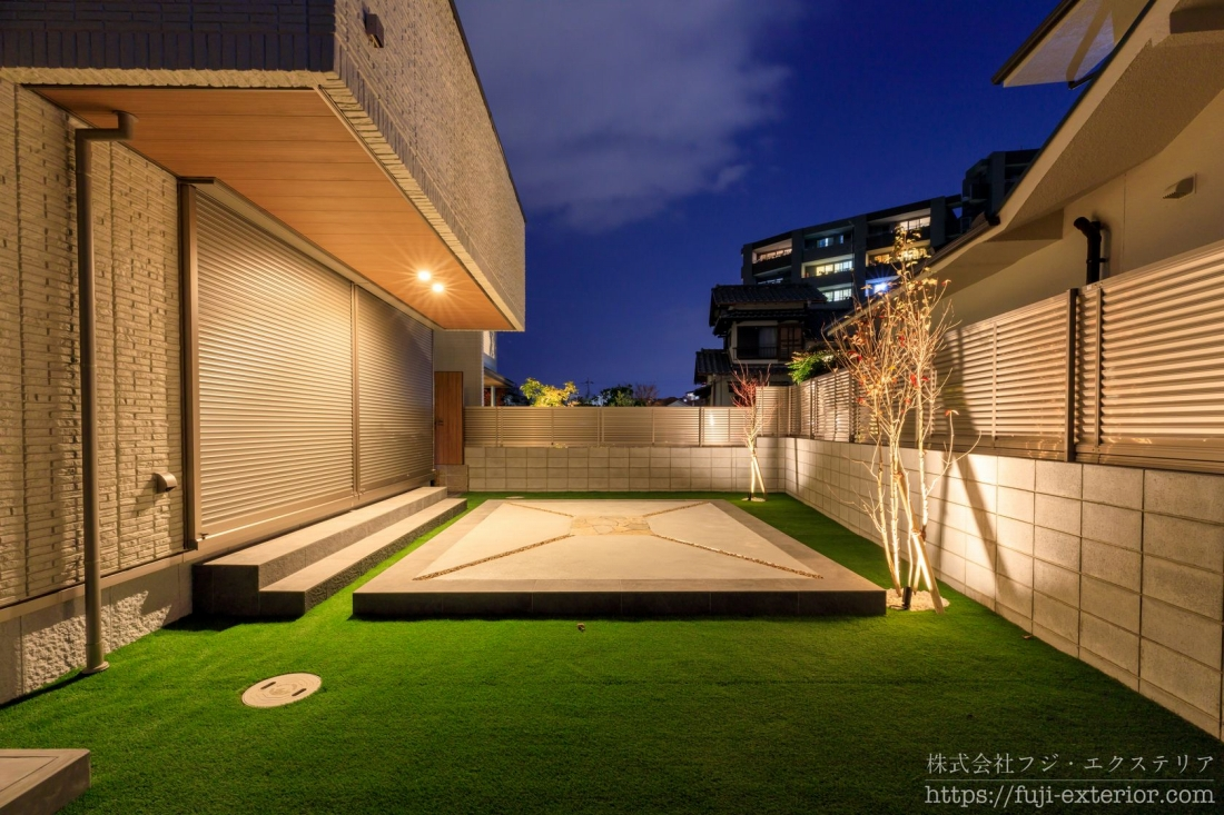 タイルテラスと人工芝の庭の照明は、植栽の下のアッパーライトと、ベランダ軒下のダウンライトです。夜でも十分な光量で、夜のアウトドアリビングとしても様々な楽しみ方が出来そうです。