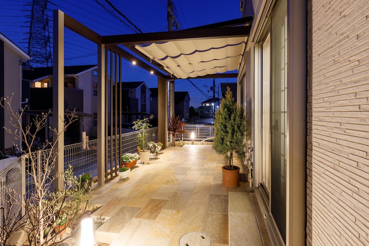 タイルテラスの床仕上げに数々の照明が反射して、とても明るく美しいお庭に変身しました。
