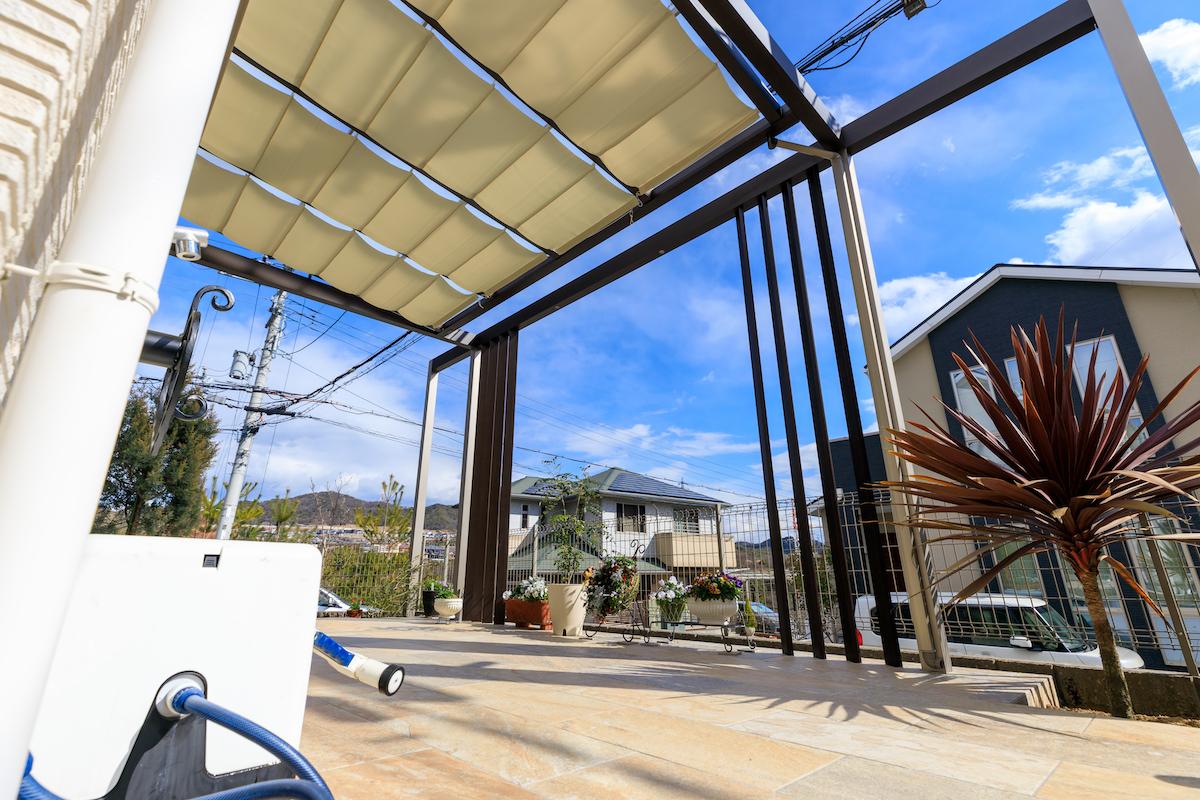 テラスの上の屋根には、内部日よけを取り付け、日差しと紫外線をコントロールできるようにしました。