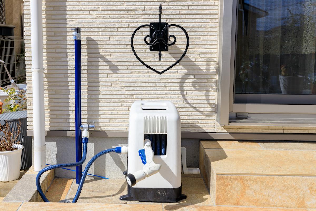 Only One ジラーレ W ネイビーの散水ボックス。2口立水栓 にする事で、1口はホースを繋ぎ放しにしても手が洗えるようにしました。