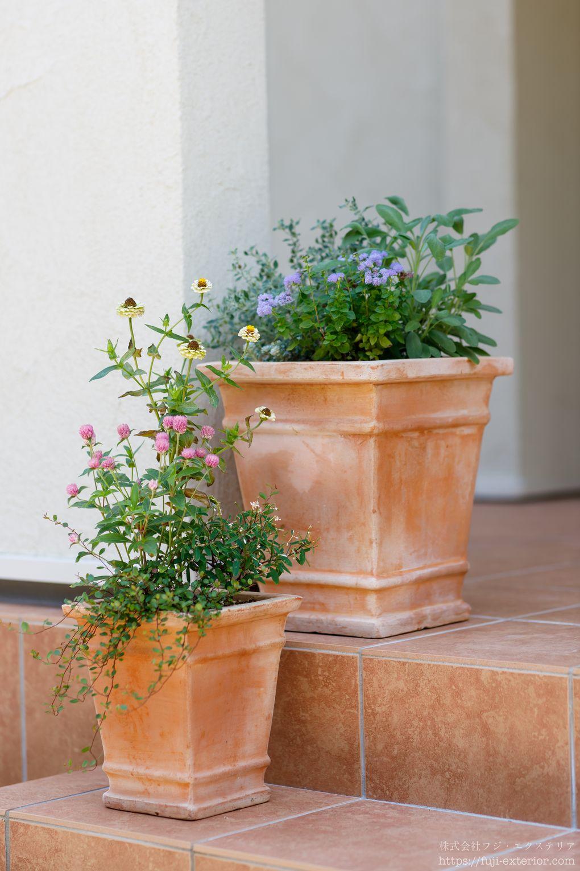 大小二つのテラコッタの鉢植え